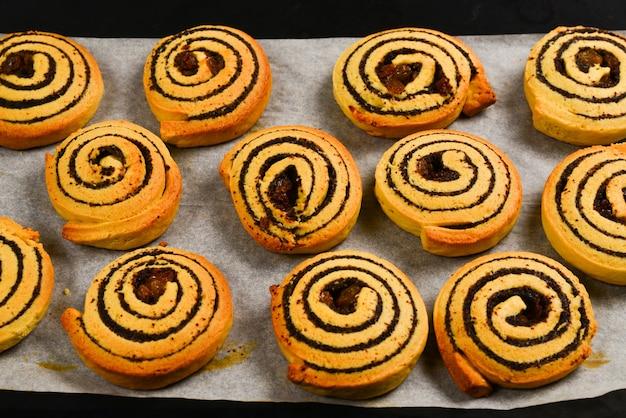 Запеченное печенье с изюмом и маком на след.