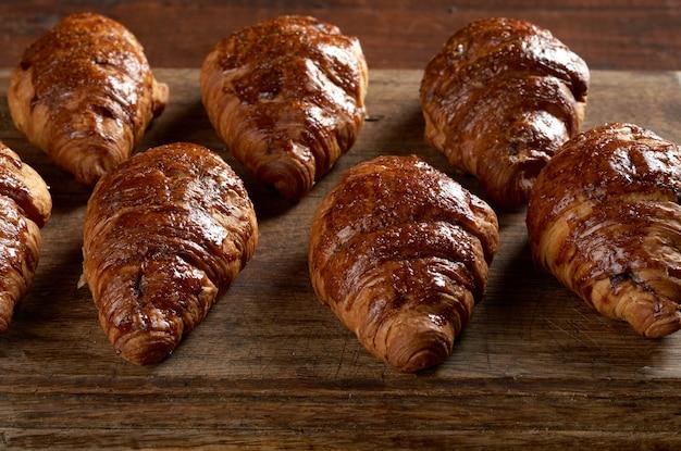 木製の茶色のボードに焼きたてのクロワッサン