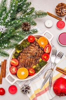 焼き鴨胸肉と野菜とソース。クリスマスディナーのコンセプト、新年のテーブルセッティング。