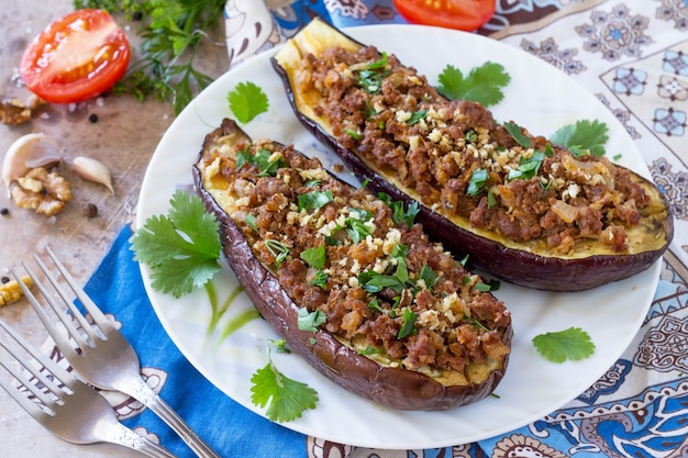 焼きナスとクルミと野菜の伝統的な中東料理またはアラブ料理