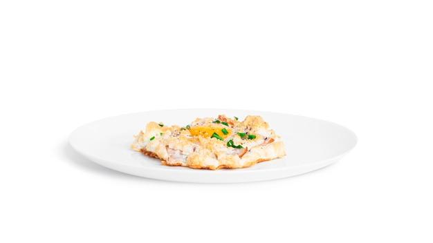 パルメザンチーズとベーコンを分離した焼き卵。雲の卵。健康的な朝食..