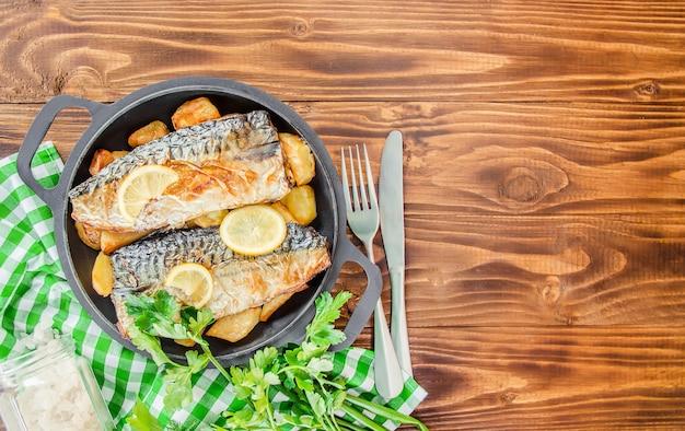 구운 생선 고등어와 감자. 선택적 초점.