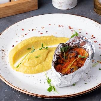 Запеченную рыбу под овощами украсить пюре из сельдерея. диетическое питание. концепция здорового питания