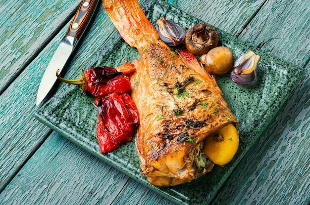야채와 구운 생선