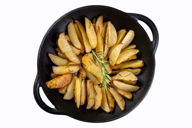흰색 배경에 분리된 철 프라이팬에 구운 감자.