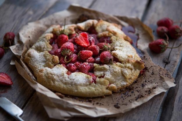 구운 된 galette 또는 테이블에 오픈 딸기 파이. 수제 과자