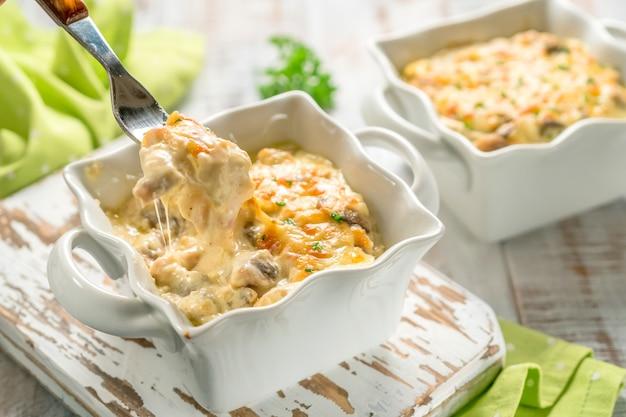 Запеченная запеканка из курицы с грибами и сыром