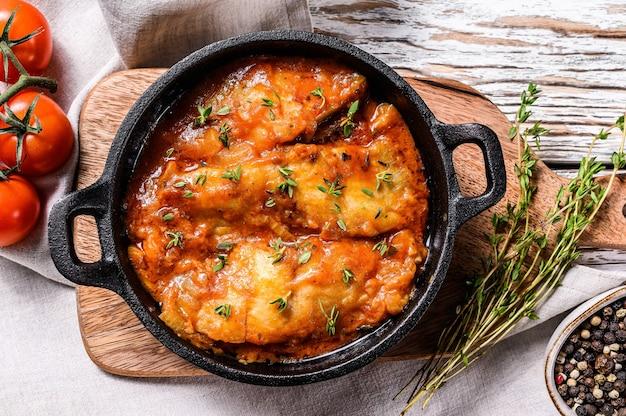 Запеченная рыба палтус на сковороде с томатным соусом