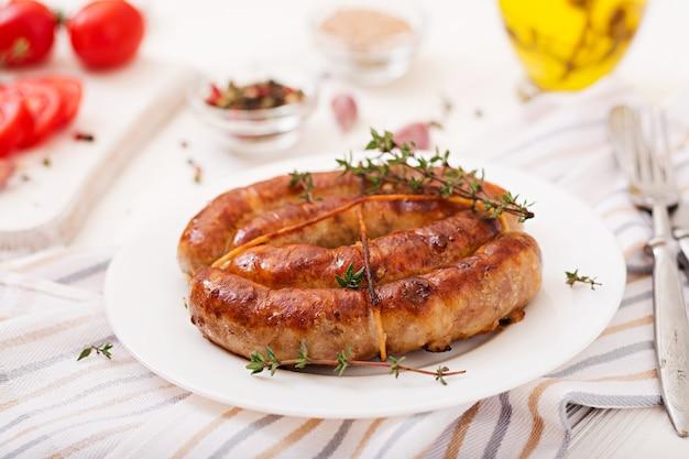 Salsiccia fatta in casa al forno su un piatto bianco. giorno del ringraziamento.