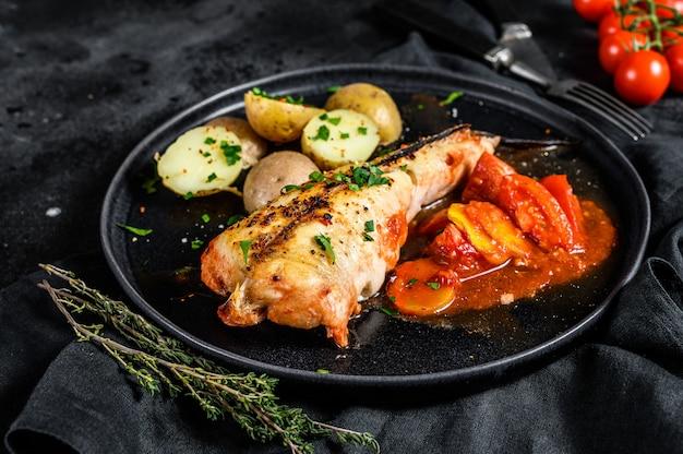 감자와 야채 토마토 monkfish에 구운. 검은 표면. 평면도
