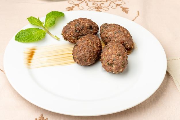 白いプレートのアラビア料理で焼いたキッベ