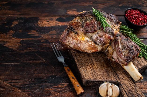 Запеченное мясо баранины ягненка на деревянной разделочной доске