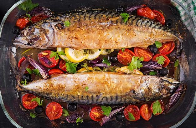 Запеченная скумбрия с зеленью, лимоном и овощами. здоровый ужин. вид сверху, плоская планировка