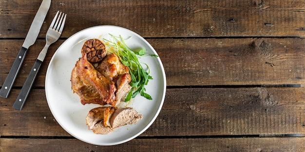 Запеченное мясо готово к употреблению на столе
