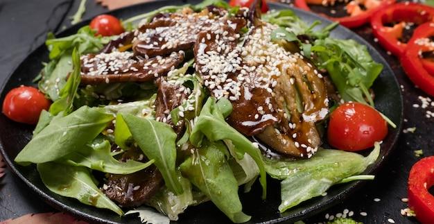 Запеченное мясо со свежими овощами здоровое питание