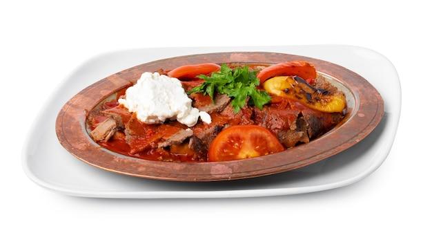Запеченное мясо с овощами в томатном соусе, изолированные на белом