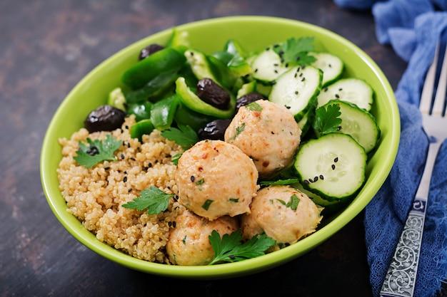 Запеченные фрикадельки из филе индейки с гарниром из квиноа и салатом из свежих овощей