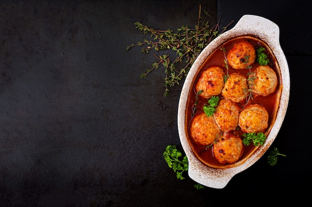 Запеченные котлеты из куриного филе в томатном соусе.