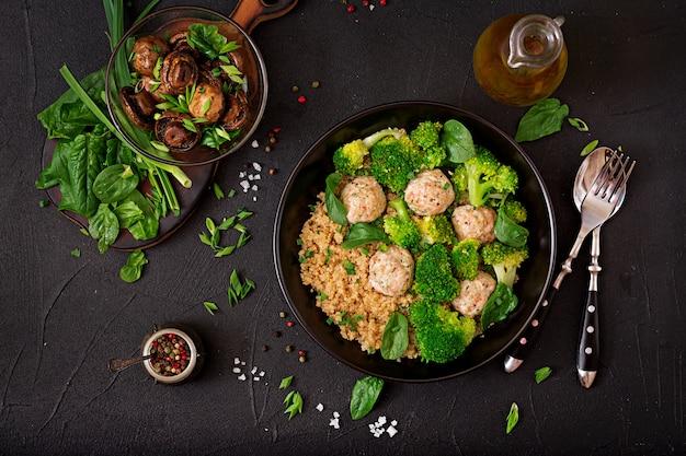 キノアとゆでたブロッコリーの付け合わせと鶏ササミの焼きミートボール。適切な栄養。スポーツ栄養。食事メニュー。上面図