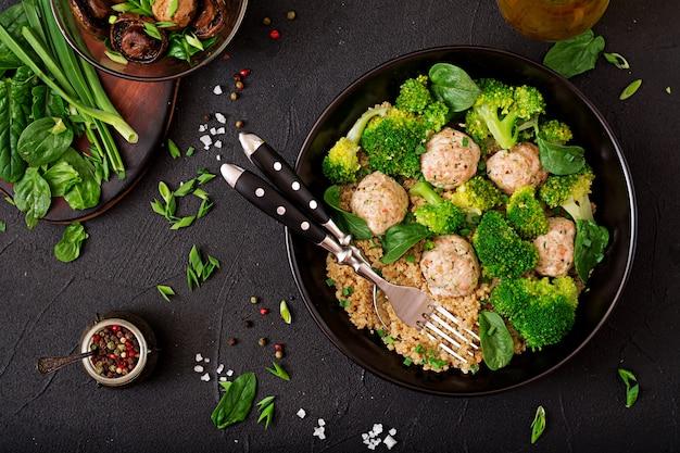 퀴 노아와 삶은 브로콜리로 장식 된 닭고기 필렛의 구운 미트볼. 적절한 영양 섭취. 스포츠 영양. 식이 메뉴. 평면도