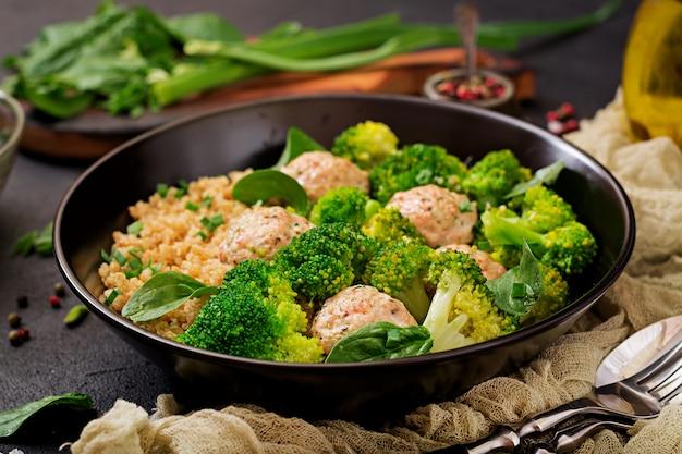퀴 노아와 삶은 브로콜리로 장식 된 닭고기 필렛의 구운 미트볼. 적절한 영양 섭취. 스포츠 영양. 식이 메뉴