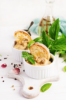 Baked mushroom julienne with chicken, cheese and toast.