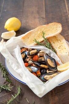 Запеченные мидии и чесночный хлеб
