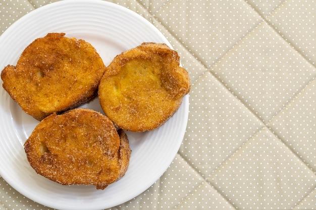 설탕과 계피를 곁들인 구운 빵. rabanada, torrija 또는 황금 빵이라는 디저트.