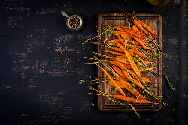 Baked organic carrots with thyme, honey and lemon