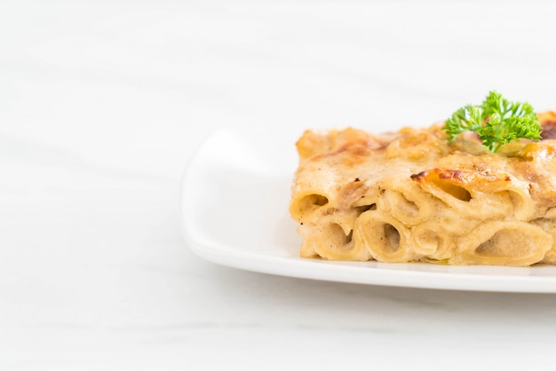 Baked penne pasta with cheese and ham