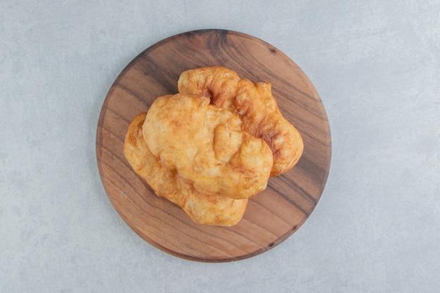 Piroshki al forno con patate su tavola di legno.