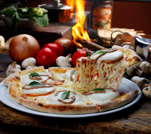 나무 오븐에 구운 피자