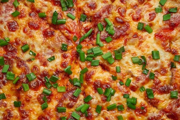 サラミチョリソとレッドソースと溶かしたチーズを材料とする組成で焼いたピザ。テクスチャを閉じる