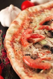 Запеченная пицца с помидорами, грибами и курицей