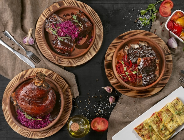 Запеченная свиная рулька, свиная грудинка, телячьи ребрышки с соусами и овощами