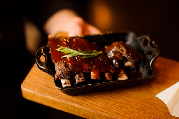 醤油とハチミツで焼いた焼き豚カルビ、クローズアップ