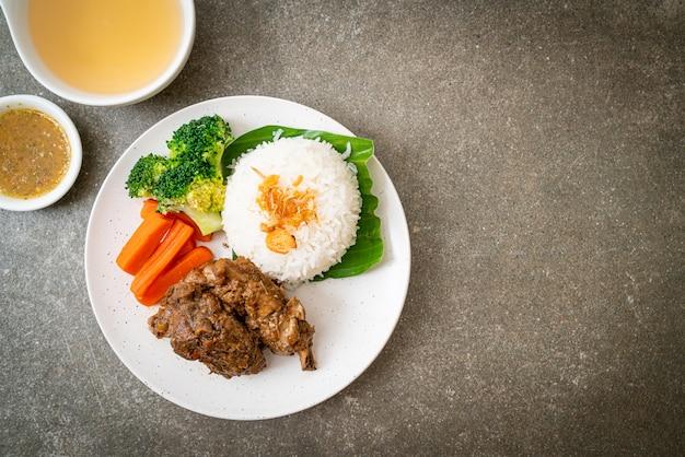 Запеченные свиные ребрышки с соусом и рисом