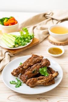 Запеченные свиные ребрышки с соусом и овощами