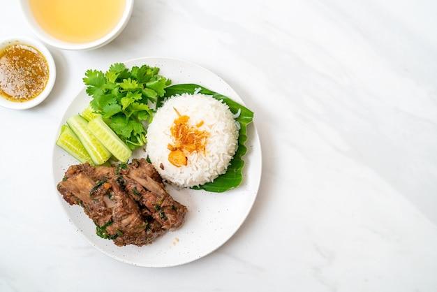 Запеченные свиные ребрышки с соусом