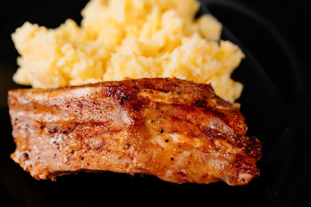 おかずと豚カルビの焼き。食べ物の一部。自宅やレストランでの昼食。