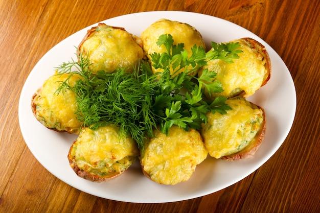 焼いたポテトとチーズ