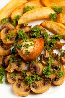 Запеченный картофель с грибами и куриной грудкой