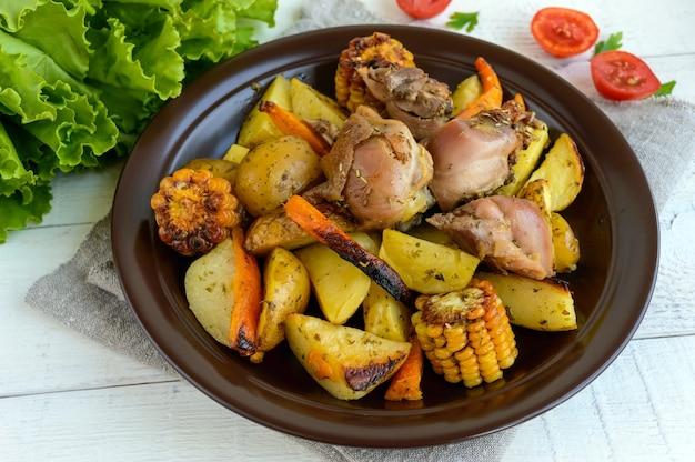 구운 거위, 야채 및 옥수수 그릴 조각으로 구운 감자.