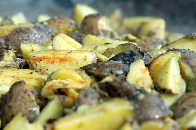 피부 근접 촬영으로 구운된 감자입니다. 야채 음식