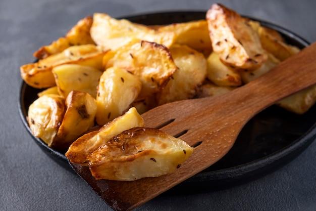 Запеченный картофель с тимьяном. макро вид, крупным планом
