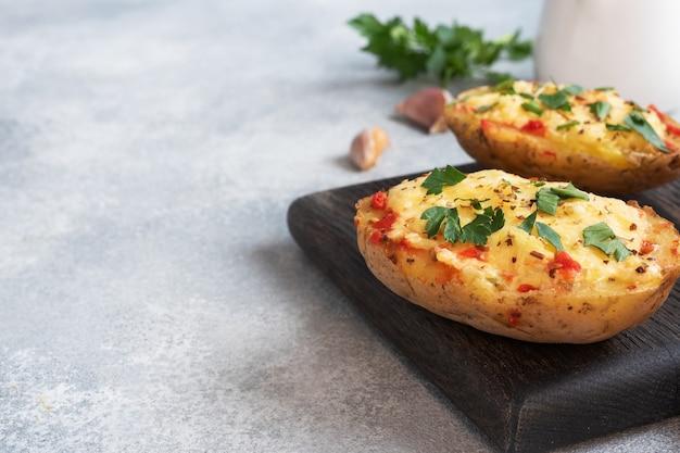 Запеченный картофель в кожуре, фаршированный сыром и зеленью