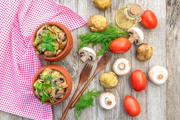Запеченный картофель с курицей и грибами с добавлением разных приправ.