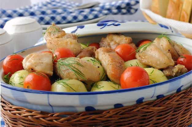 딜과 닭고기, 토마토를 곁들인 구운 감자