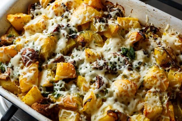Запеченный картофель с грибами и сыром с приправами и зеленью