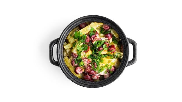 Запеченный картофель с сосисками, сыром и зеленью